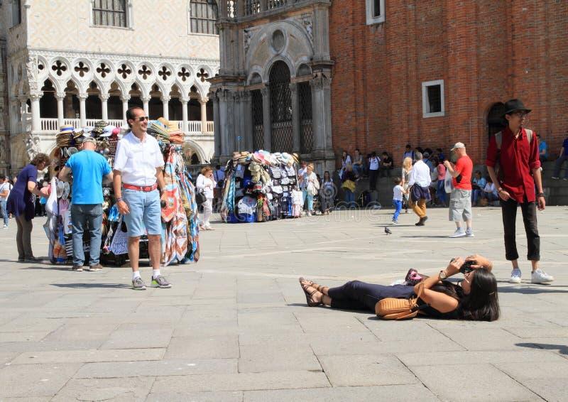 拍在圣马可广场的游人照片 免版税库存图片