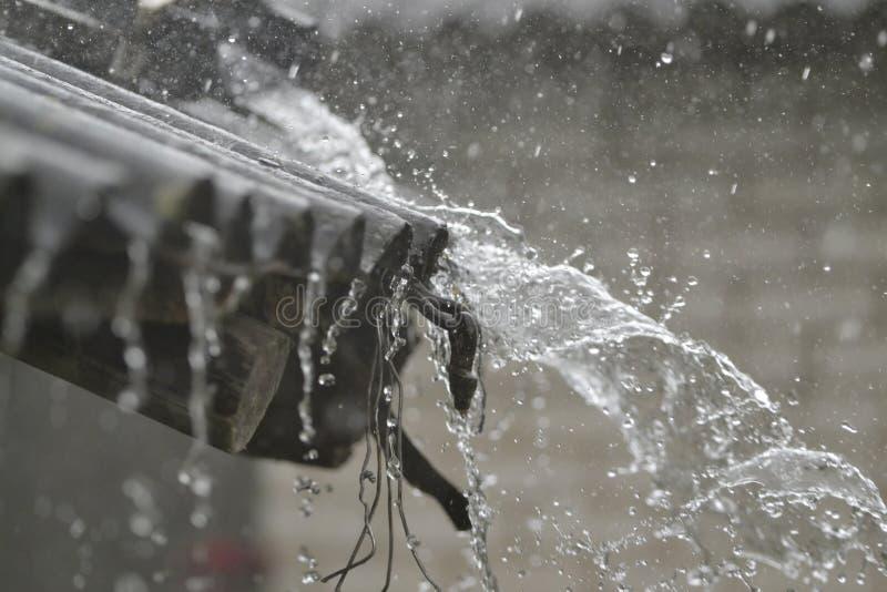 轻拍在屋顶的雨 库存图片