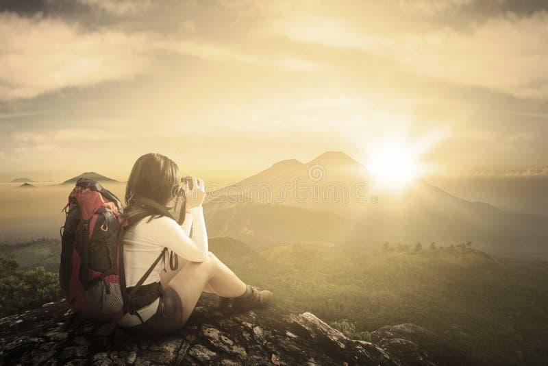 拍在山的旅客照片 免版税库存照片
