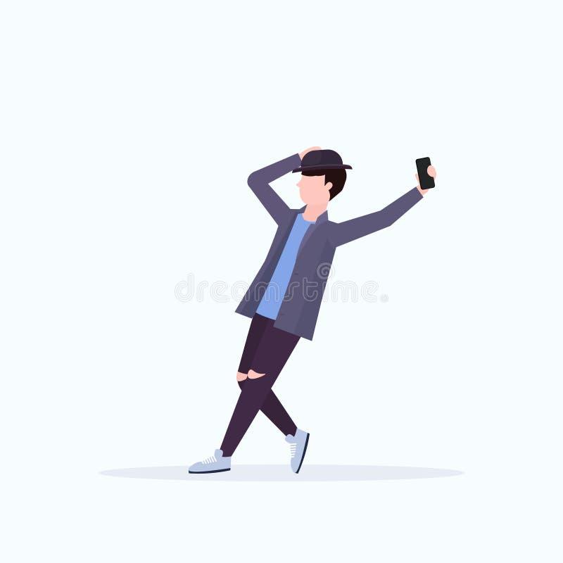 拍在智能手机照相机偶然公卡通人物的帽子的人selfie照片摆在平展充分白色的背景 库存例证