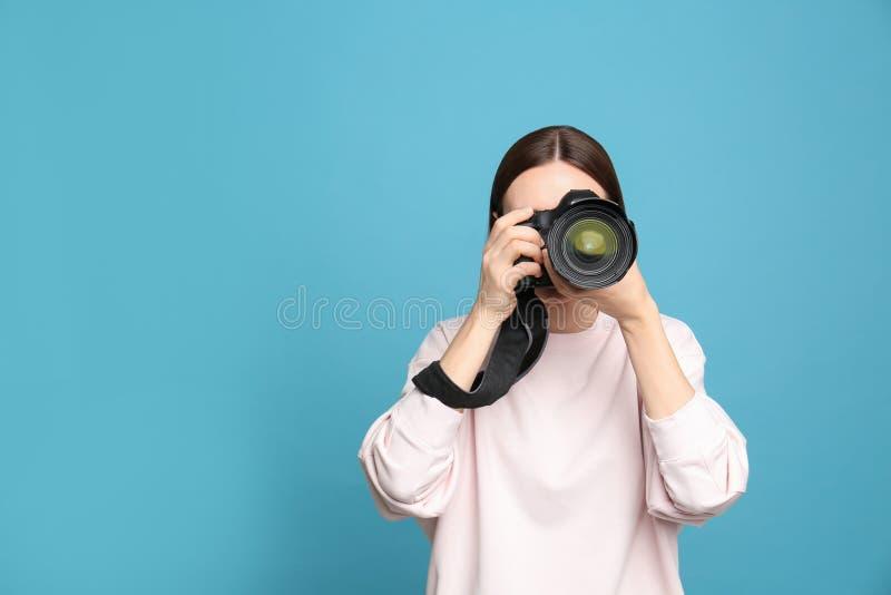 拍在浅兰的背景的专业摄影师照片 免版税库存图片