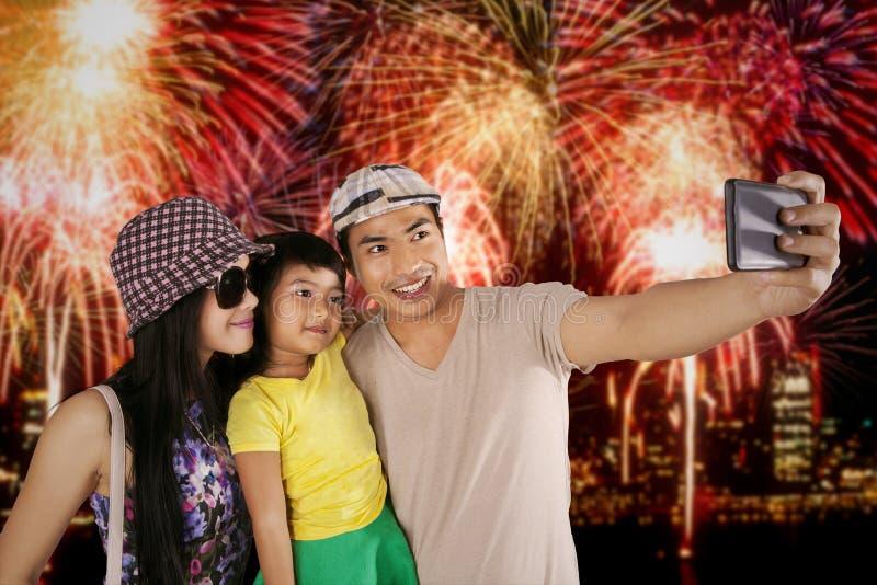 拍在烟花节日的家庭selfie照片 图库摄影