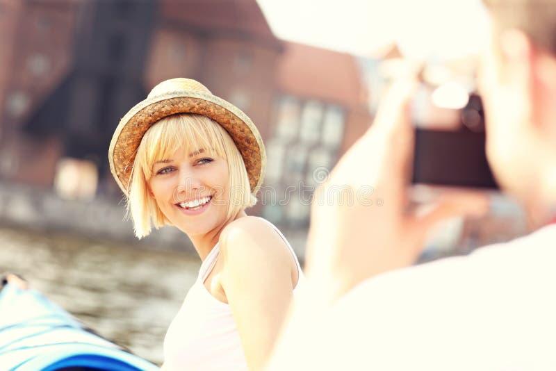 拍在皮船的夫妇照片 库存图片