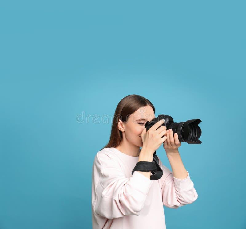 拍在蓝色背景的专业摄影师照片 库存照片