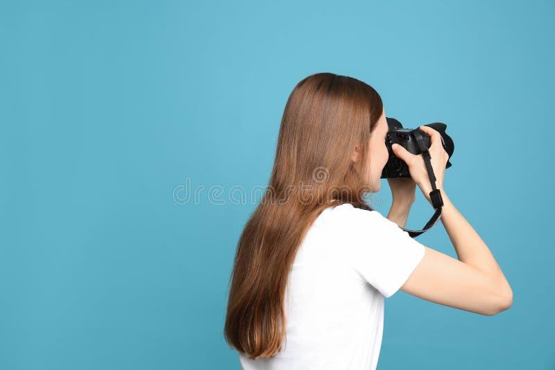 拍在蓝色背景的专业摄影师照片 免版税图库摄影