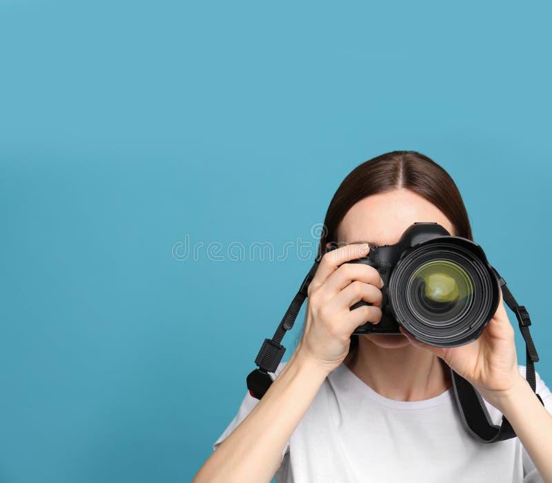 拍在轻的背景的专业摄影师照片 r 库存图片