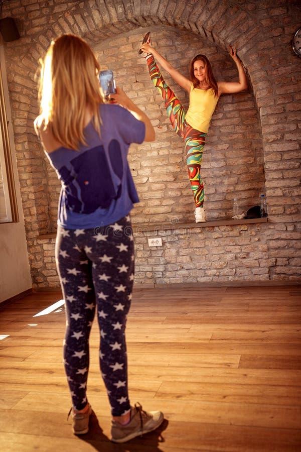 拍女性节律唱诵的音乐执行的舞蹈家的照片女孩 图库摄影