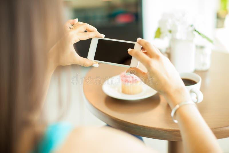 Download 拍她的食物照片 库存照片. 图片 包括有 食物, 照片, 室内, 消费者, 咖啡馆, 餐馆, 社会, 舒适 - 59109540