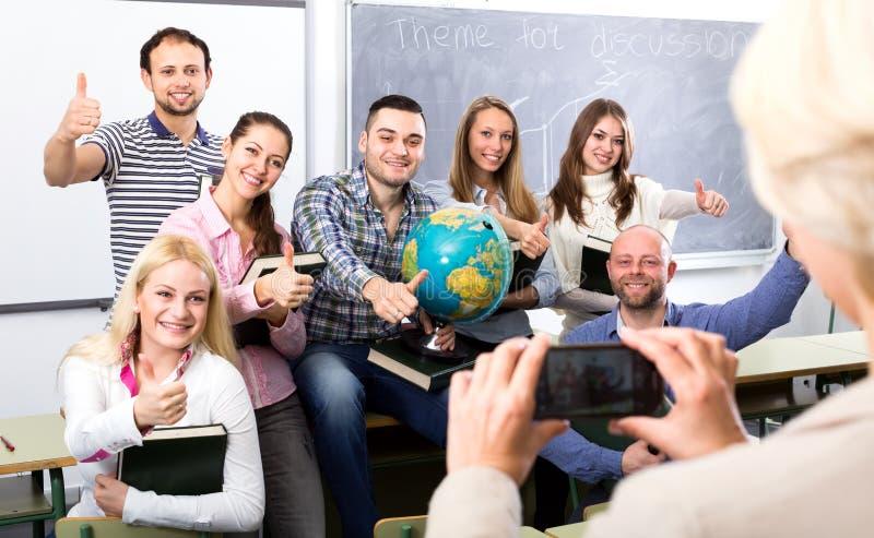 拍学生的照片老师 免版税库存照片