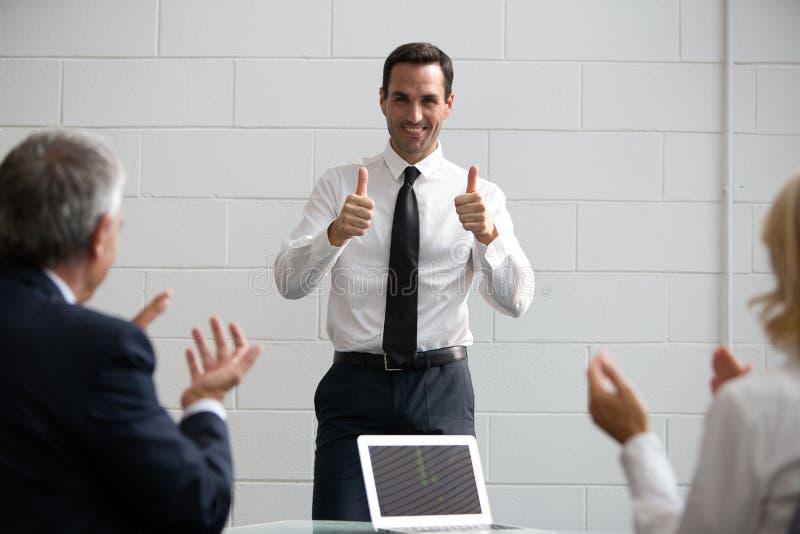 拍手的买卖人在会议期间 免版税库存图片