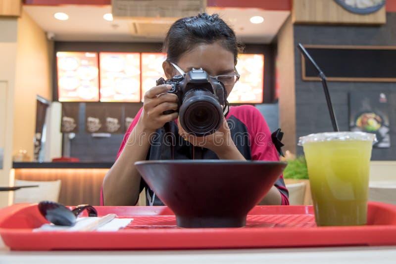 拍摄一顿膳食的妇女在餐馆 免版税库存图片