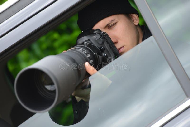 拍摄与他的dslr照相机的无固定职业的摄影师,年轻和可爱的人照片 库存图片