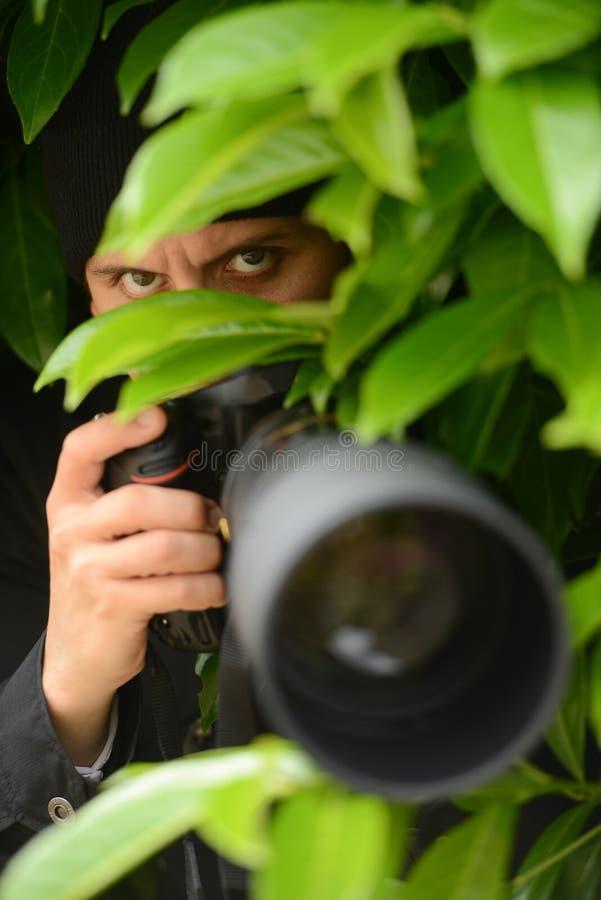 拍摄与他的dslr照相机的无固定职业的摄影师,年轻和可爱的人照片 图库摄影