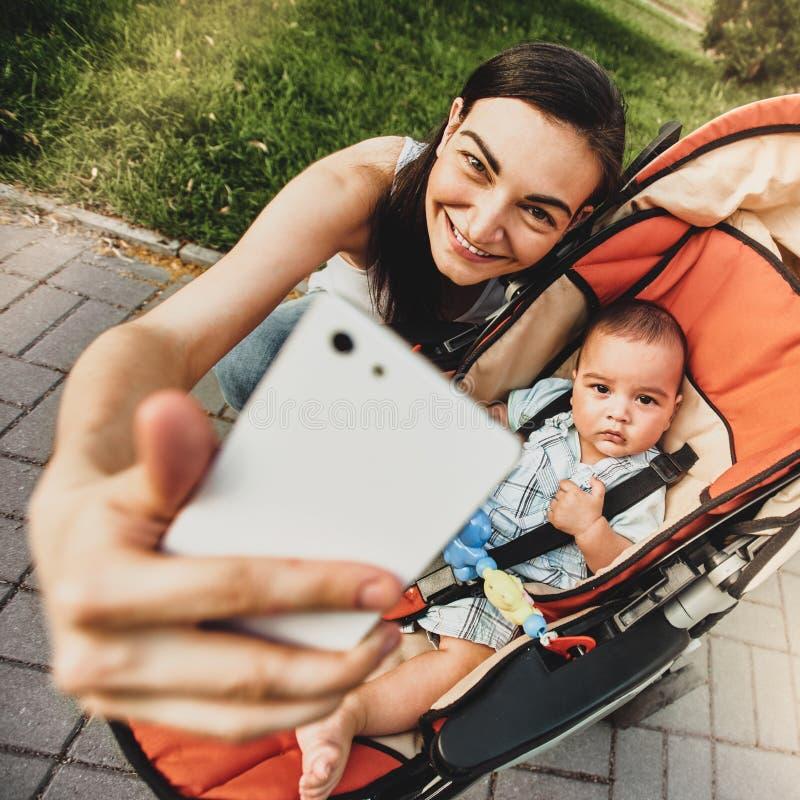 拍摄与儿子的妇女 免版税库存图片