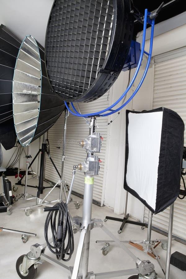 拍摄光和反射器在演播室 库存照片
