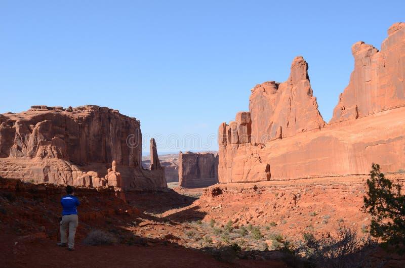 拍摄公园大道的少妇在曲拱国家公园 免版税图库摄影