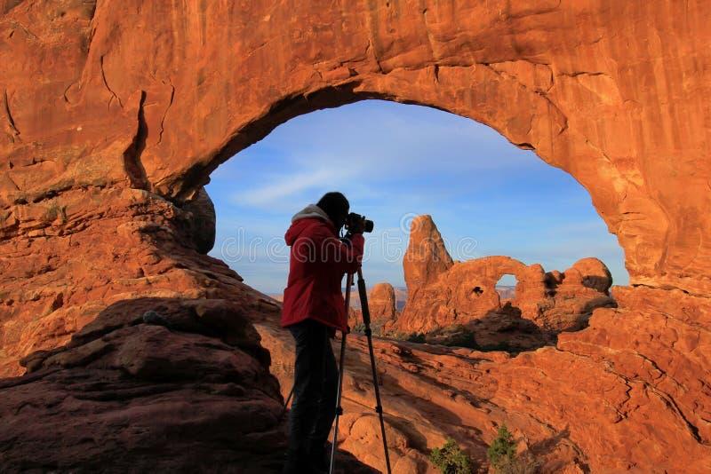 拍摄北部窗口和塔楼曲拱, A的现出轮廓的人 库存照片