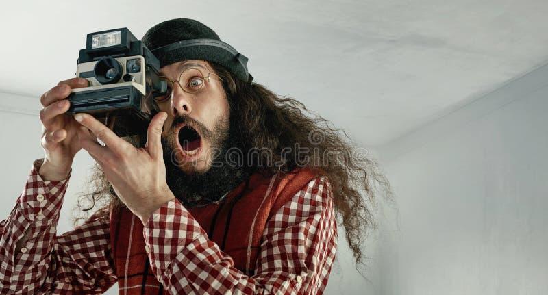 拍摄照片的皮包骨头的滑稽的人 免版税图库摄影