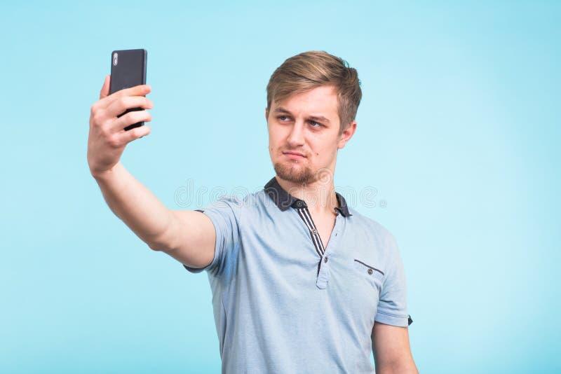 拍摄的滑稽的人在智能手机 库存图片