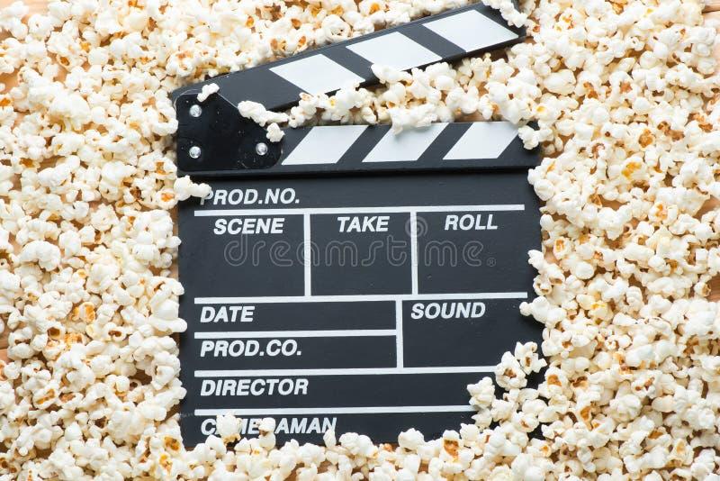 拍摄的电影录影拍板在玉米花分类背景  免版税库存照片