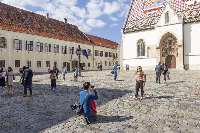 拍摄的萨格勒布,克罗地亚- 4月2018游人在圣MarkÂ的教会前面 免版税库存照片