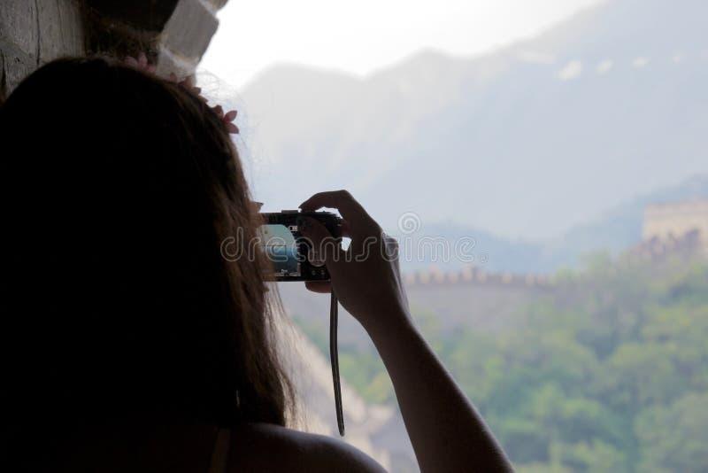 拍摄长城的照片女性游人 免版税库存图片