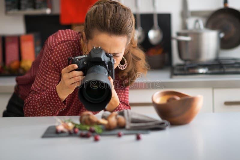 拍摄食物的少妇 免版税图库摄影