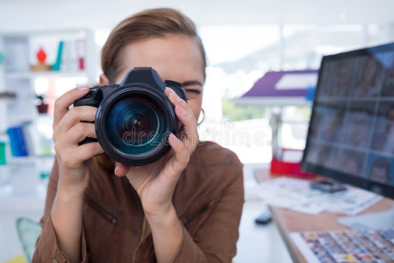 拍摄从数字照相机的女性执行委员一张照片 免版税图库摄影