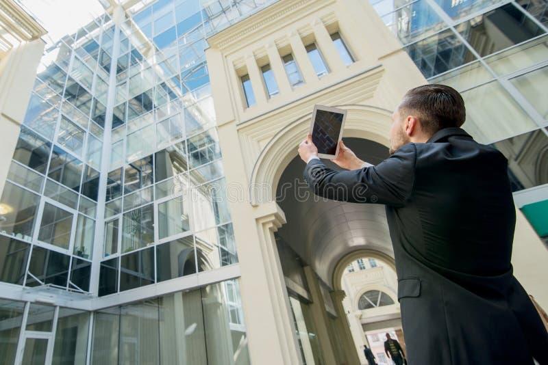 拍摄他们的工作的建筑师 成功的商人在fo 免版税库存照片