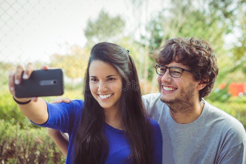 拍摄selfie自画象照片的他们自己的年轻夫妇 免版税库存图片