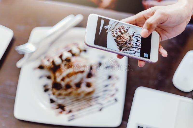拍照片她的年轻女人 照片写真午餐前 免版税库存图片