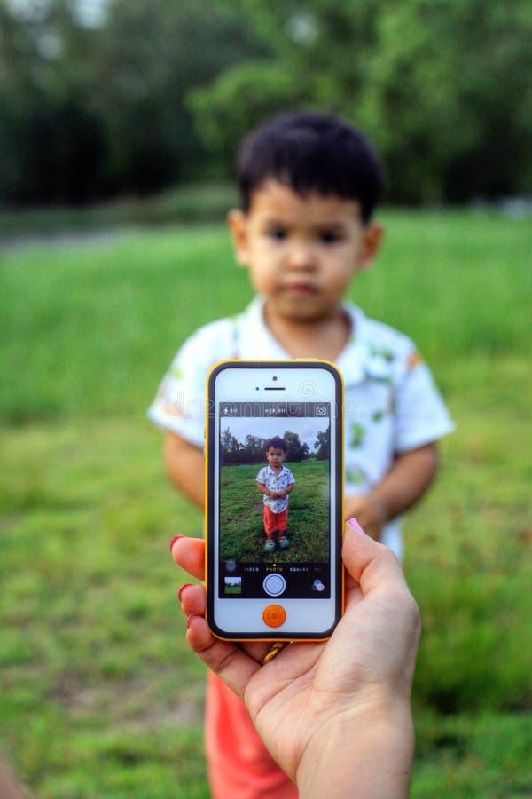 拍照片由巧妙的电话 库存图片