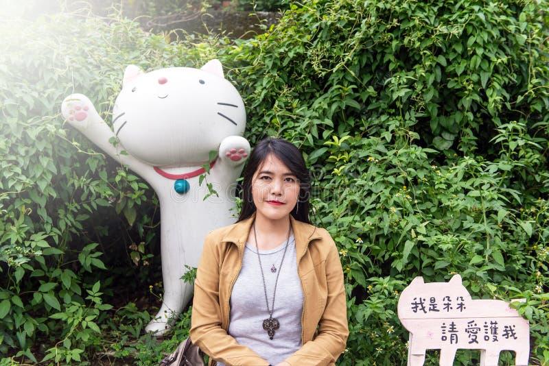 拍照片的亚裔妇女游人在侯硐猫村庄,瑞芳区,新的台北 免版税库存图片