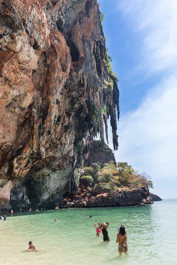 拍照片的人们在Phra Nang洞 图库摄影