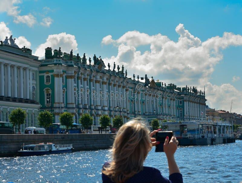 拍照片的俄罗斯,圣彼德堡夏天未知的妇女 库存照片