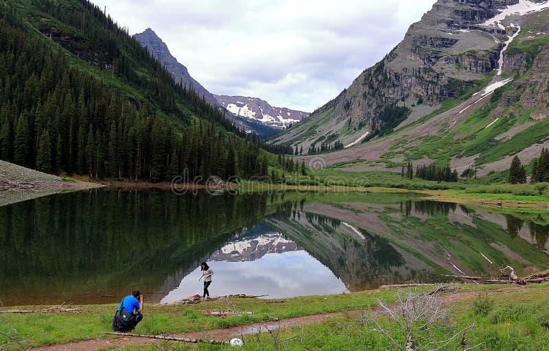 拍照片的夫妇在褐红的响铃风景风景  库存照片