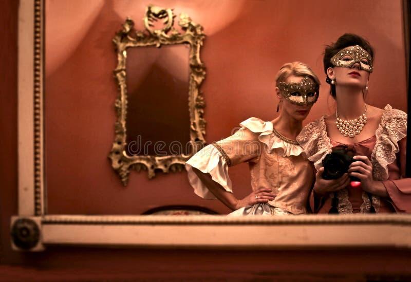 拍照片的女孩在镜子 免版税库存图片