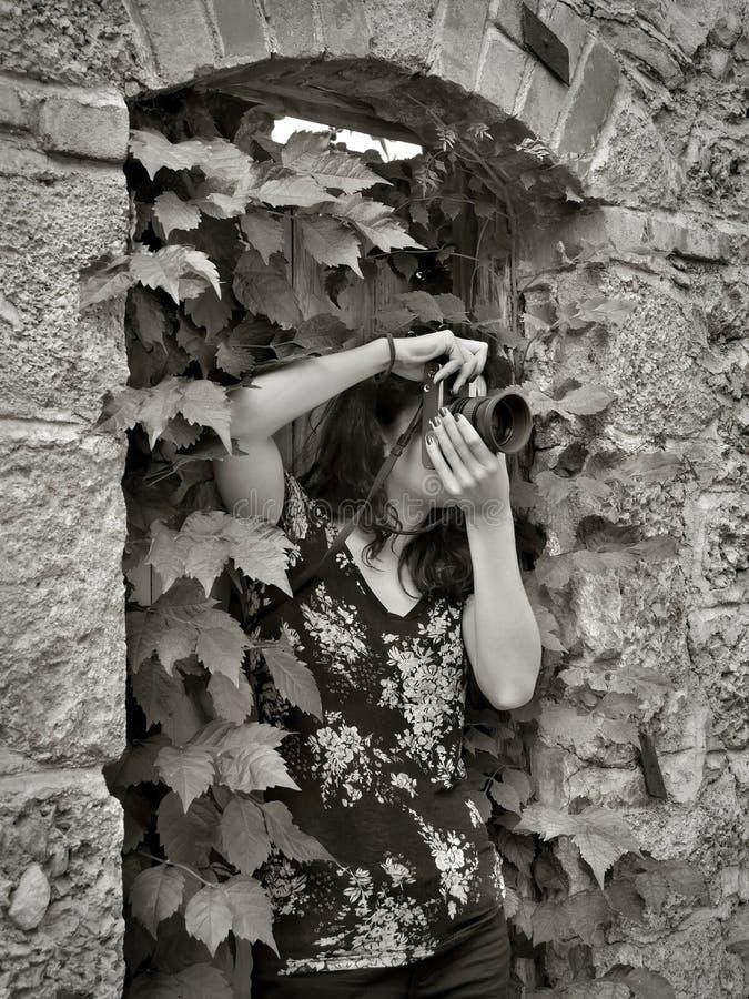拍照片的女孩摄影师,使用葡萄酒照相机 库存照片