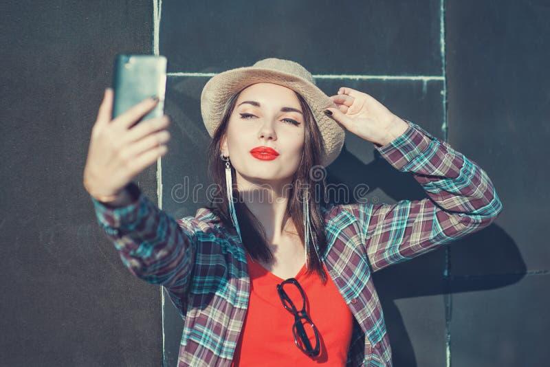 拍照片的她自己的美丽的女孩, selfie 免版税库存图片