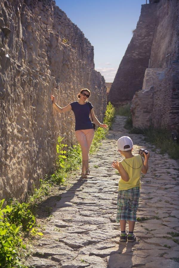 拍照片的妇女和男孩游人 免版税图库摄影