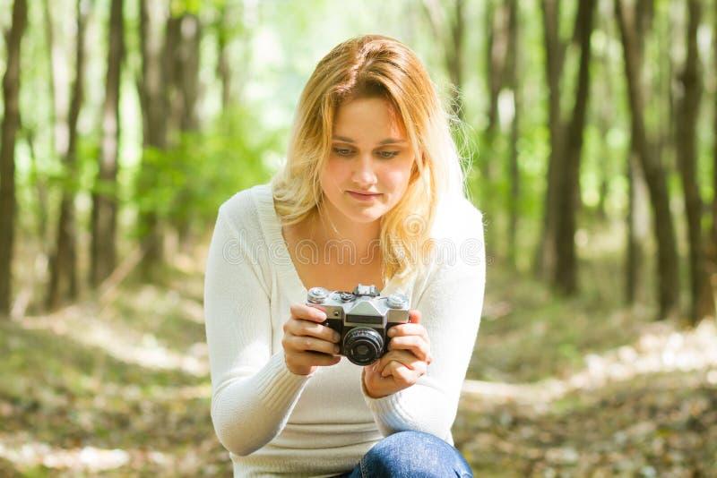 拍照片的妇女在森林里 免版税图库摄影