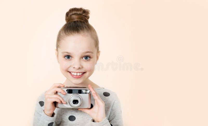 拍照片的小女孩 图库摄影
