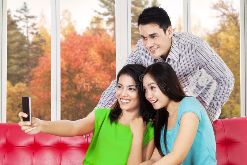拍照片的小组亚裔人民 免版税库存照片