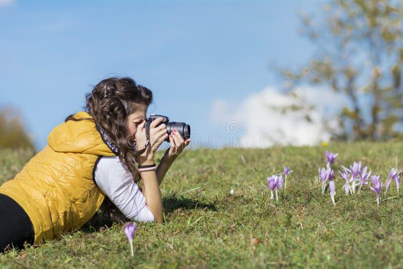 拍照片的少妇摄影师室外 免版税库存照片