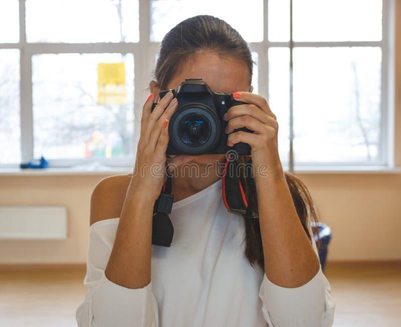 拍照片的少妇摄影师 可用的照相机例证专业人员向量 图库摄影
