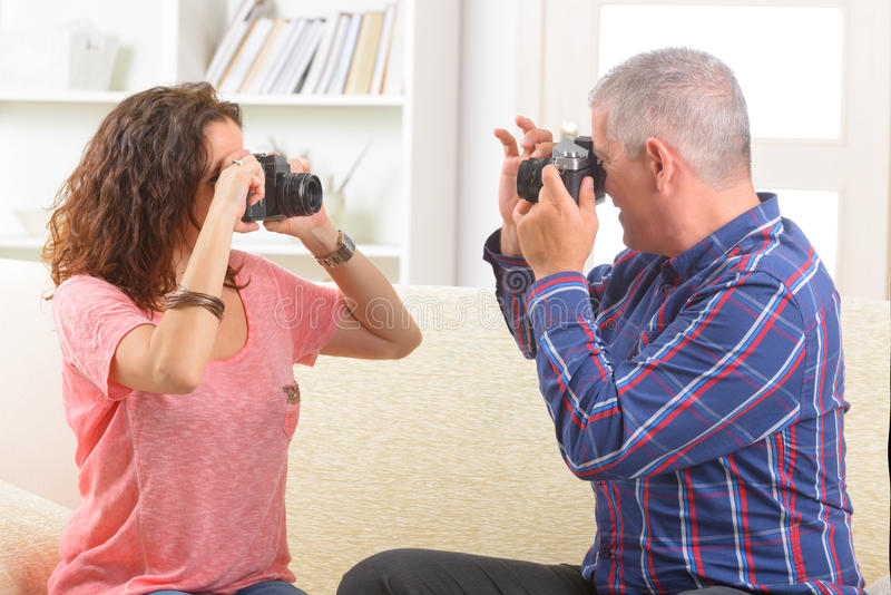 拍照片的成熟夫妇 免版税库存图片