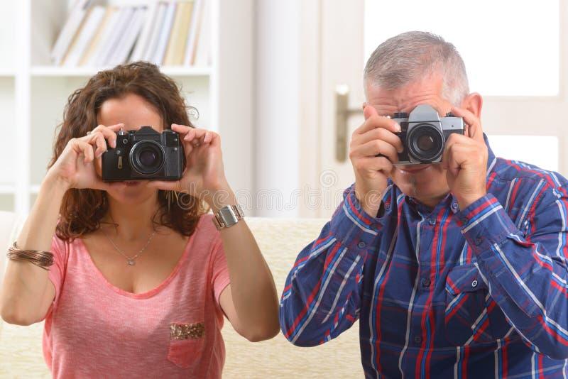 拍照片的成熟夫妇 库存图片