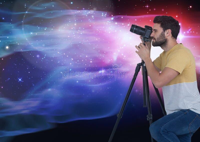 拍照片的摄影师反对发光的背景 皇族释放例证