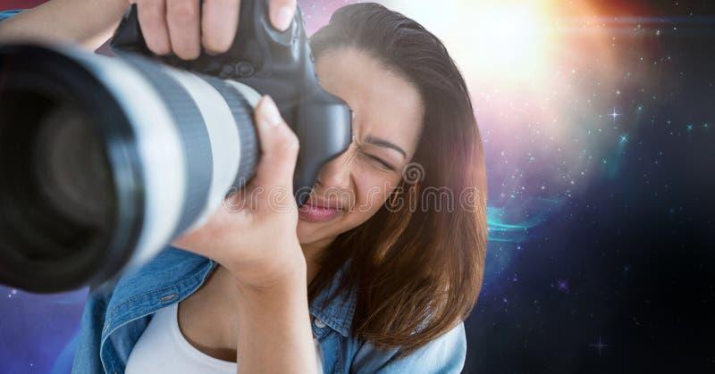 拍照片的摄影师反对星系背景 皇族释放例证