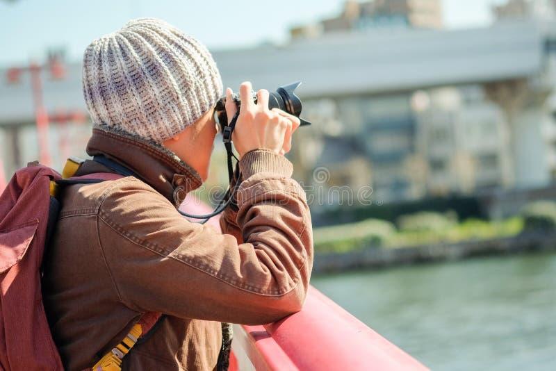 拍照片的旅游人在桥梁在太阳光下 免版税库存图片
